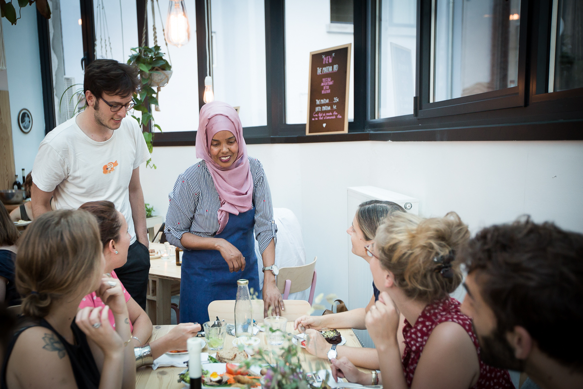 Somali chef Ifrah talks with customers - Bea Uhart