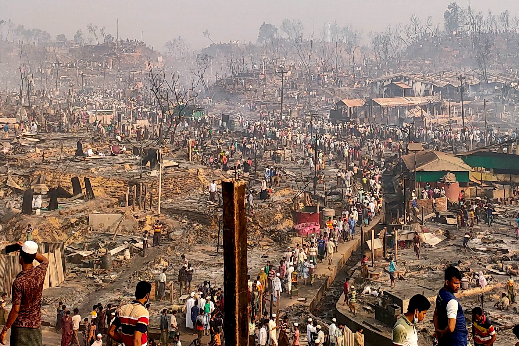 Fire destroys shelters in Rohingya refugee settlement in Cox's Bazar. © REUTERS