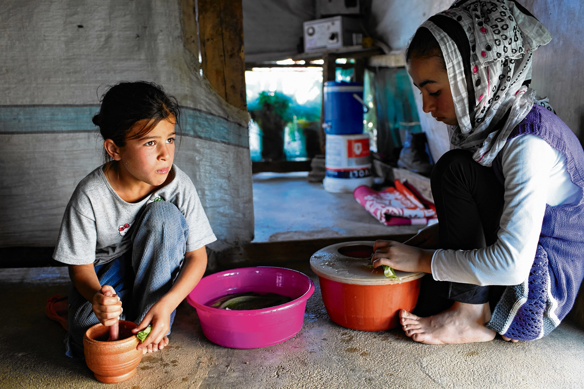 Aya and her family fled from Syria to Lebanon two years ago. Coming to an unfamiliar territory, the family of nine lived in a narrow temporary shelter.© UNHCR / S. Baldwin