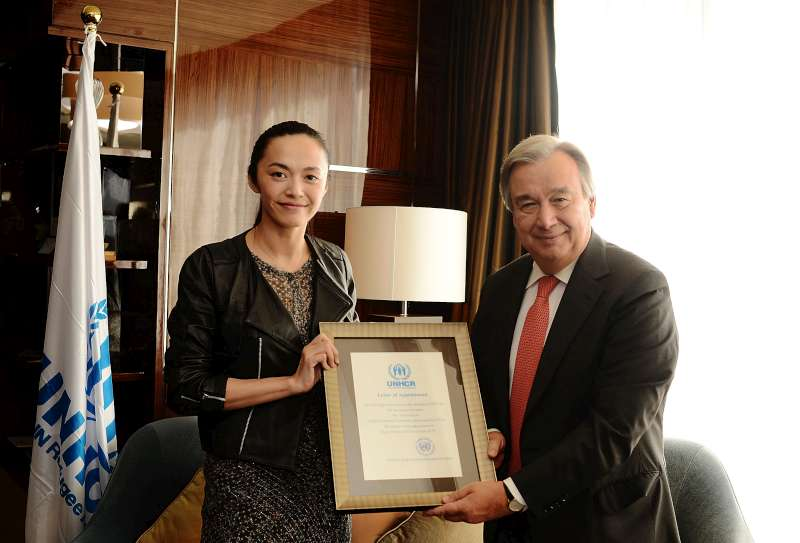 UN refugee agency chief António Guterres presents a letter of appointment to UNHCR's Goodwill Ambassador in China, Yao Chen, in Beijing.© UNHCR/L.Huang