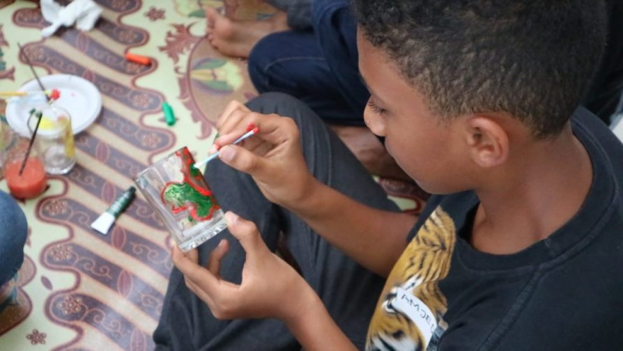 Indonesian volunteers share arts and ways to protect the environment with refugees