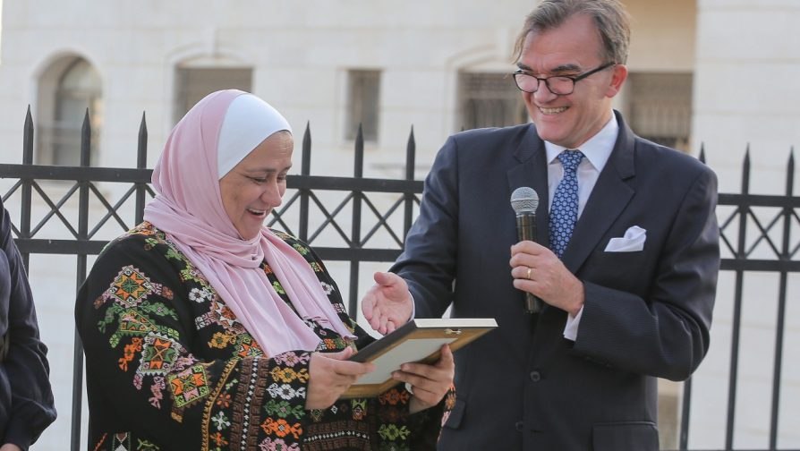 Press Release: Dedicated to helping refugees, Jordanian woman wins UNHCR Nansen Middle East Award