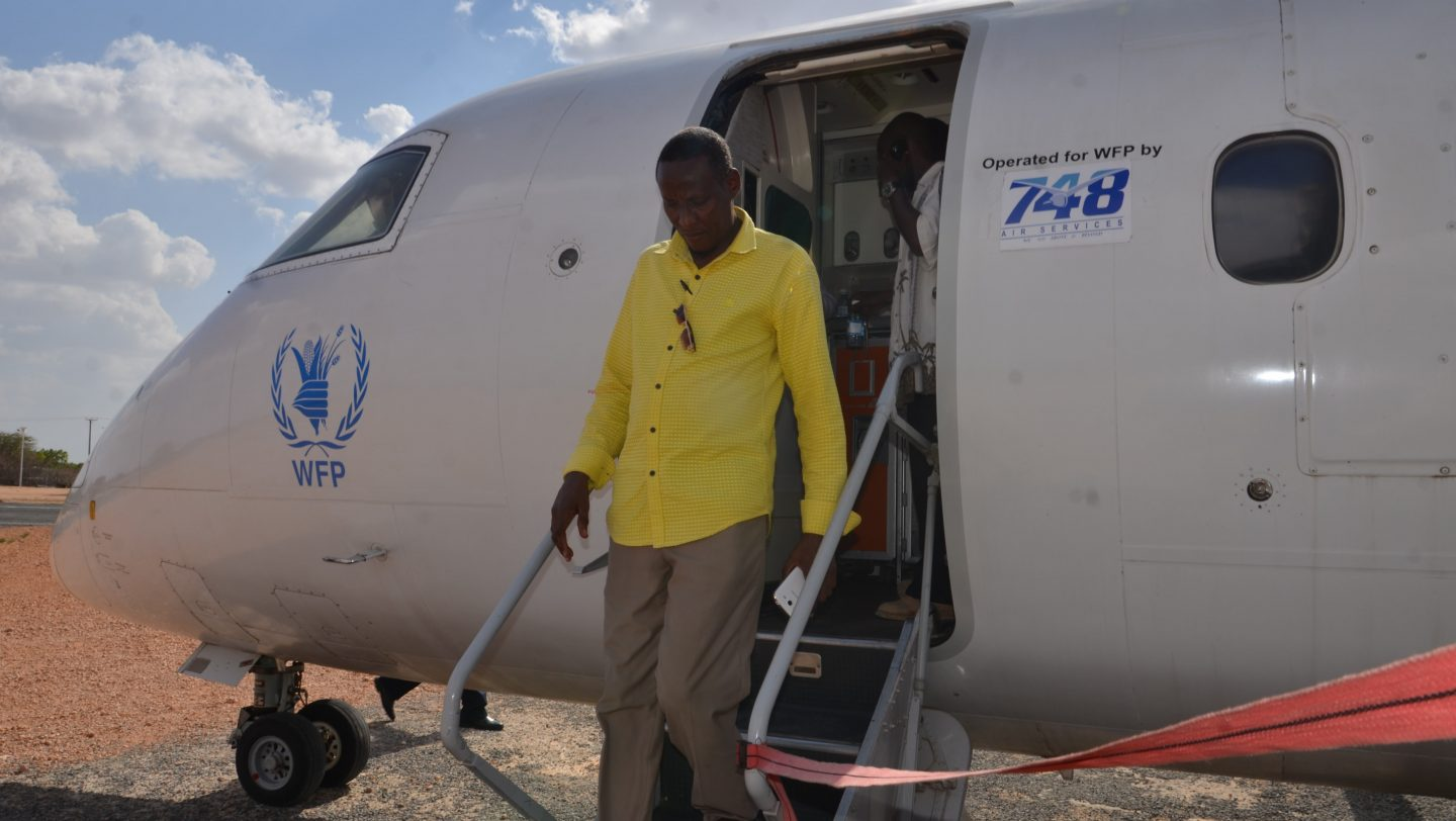 Abdirahman Omar Khalif disembarks from the UN plane at Dadaab airstrip on returning from the 'Go and See Visit' in Mogadishu. UNHCR B. Rono