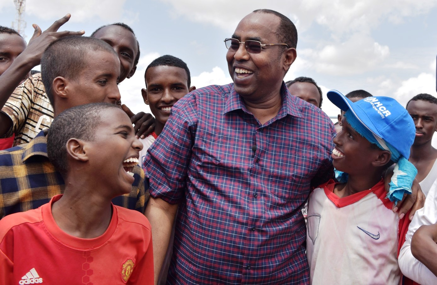 Ambassador Affey chats with refugee children in Ifo camp of Dadaab. © UNHCR/A.Nasrullah