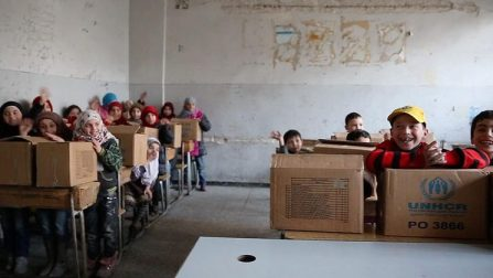 School children in eastern Aleppo receive boxes of winter clothes as UNHCR delivers aid during a temporary ceasefire. © UNHCR