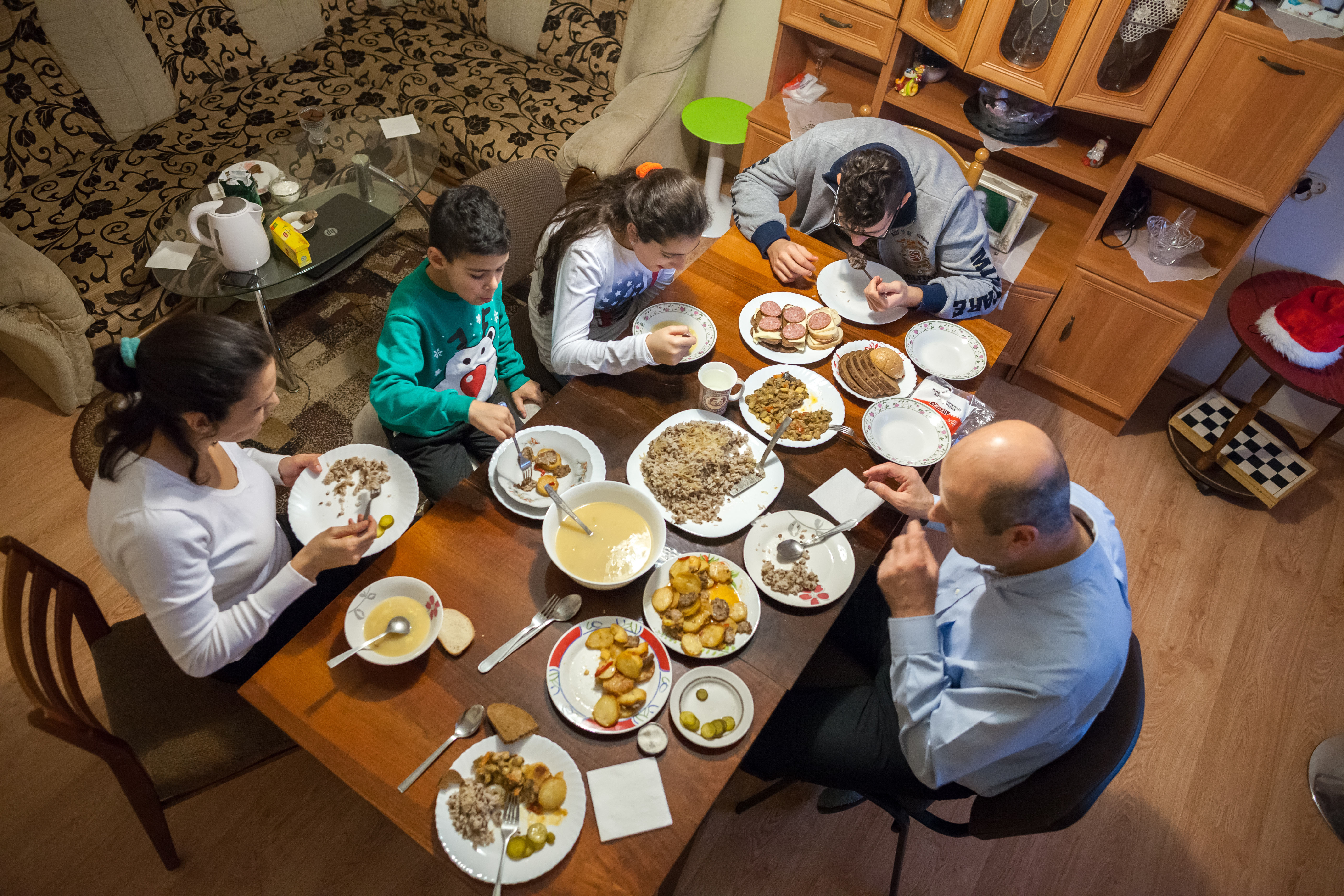 Every evening, the family gathers around the table, which they consider a family tradition. They are always glad to receive guests, whom they invite to try traditional Syrian dishes. The decision to leave Syria was not easy, but the family hopes that Lithuania will give the children an opportunity at a safe and bright future.