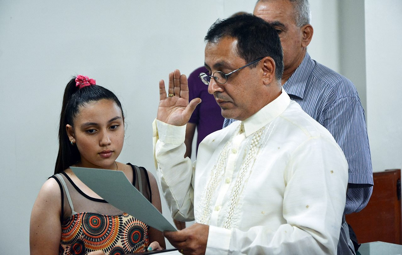 Kamran takes his oath of allegiance to conclude the naturalisation process. Photo: © UNHCR/F. Tanggol