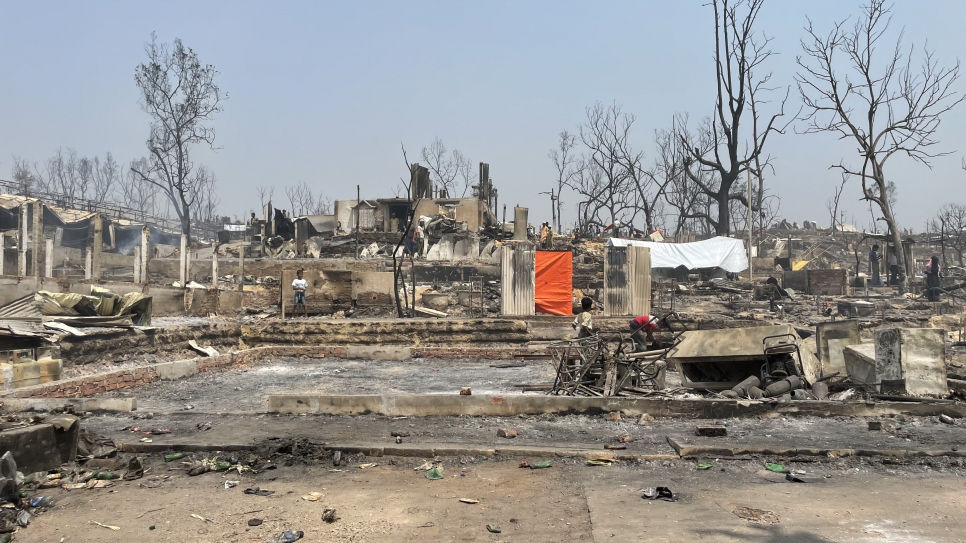 The blaze also destroyed hospitals, learning centres and distribution points. © UNHCR/Louise Donovan