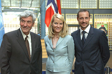 e9a1d0e5 High Commissioner Ruud Lubbers with Norwegian Crown Prince Haakon and his  wife, Crown Princess Mette-Marit, at UNHCR's headquarters in Geneva.