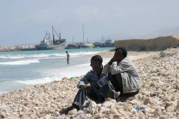 UNHCR - Thousands gather in Somalia port for Gulf of Aden