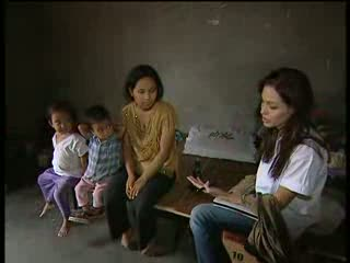 Angelina Jolie visits refugees in India