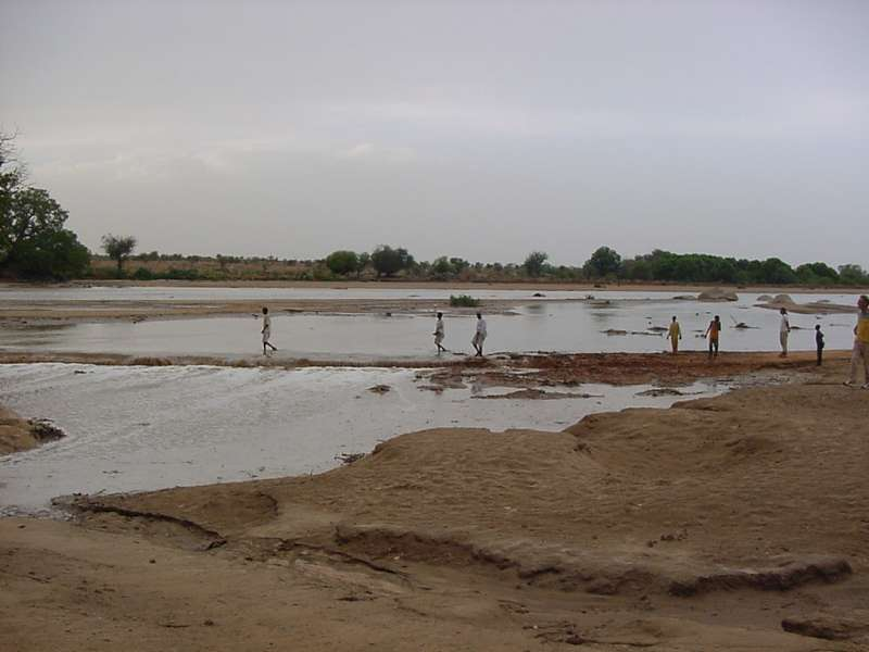 Seasonal rains flood the road between Farchana camp and the main eastern Chad town of Abéché. (June 2004)