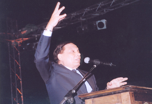 UNHCR Goodwill Ambassador Adel Imam addressing the crowd at the gala dinner in Cairo, 2004.
