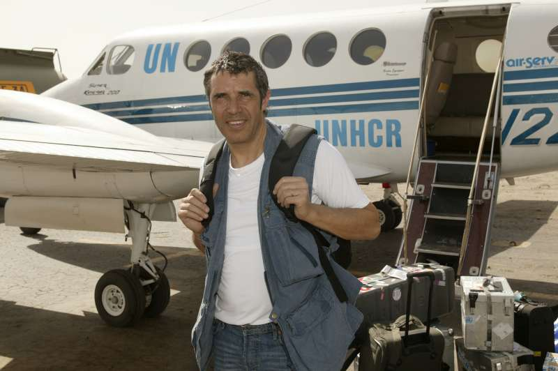 UNHCR Goodwill Ambassador Julien Clerc arrives at the airport in eastern Chad on March 2, 2004.