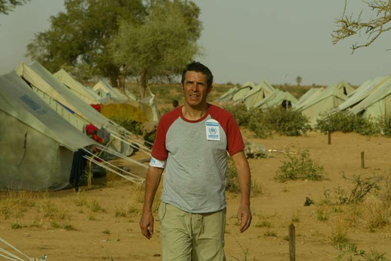 UNHCR Goodwill Ambassador Julien Clerc at Kounoungo camp for Sudanese refugees from the Darfur region. March 3, 2004.