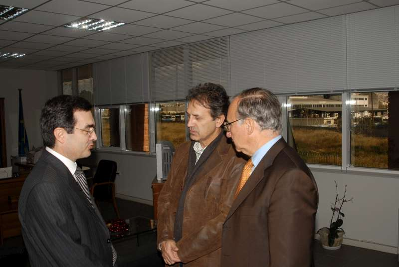 UNHCR Goodwill Ambassador George Dalaras (centre) receives a guided VIP tour of the Athens Aliens Police Directorate. The visit took place on January 3, 2007.