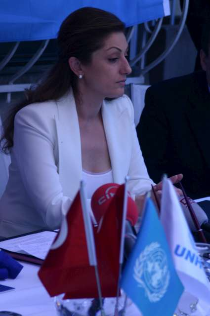 Muazzez discusses her closer cooperation with UNHCR during a press conference in Istanbul in May 2006.