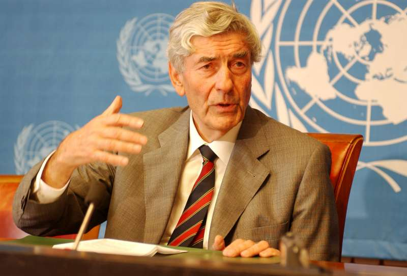 United Nations High Commissioner for Refugees, Mr Ruud Lubbers, at the press conference taking place at the end of the week-long meeting of the UNHCR Executive Committee, Palais des Nations, Geneva, Switzerland. / UNHCR / S. Hopper / October 8, 2004.