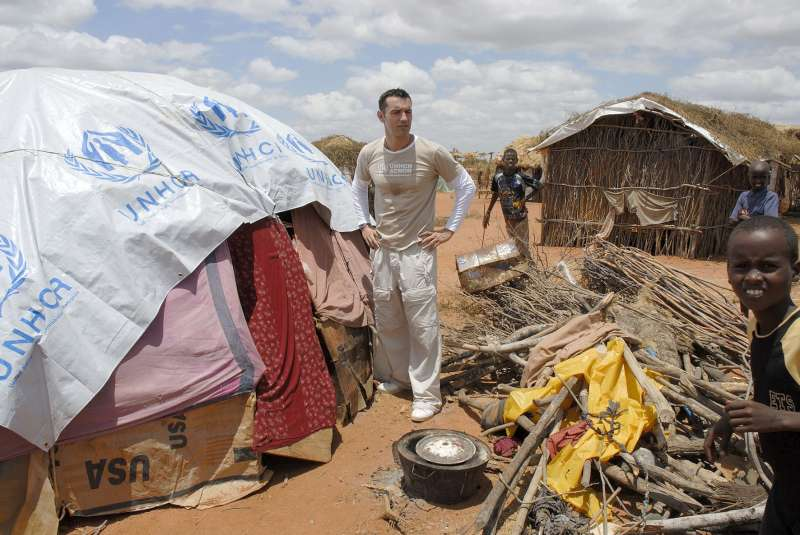 Jesús Vázquez visits Somali refugees in huts made of wood and UNHCR plastic sheeting at Ifo camp, Dadaab.