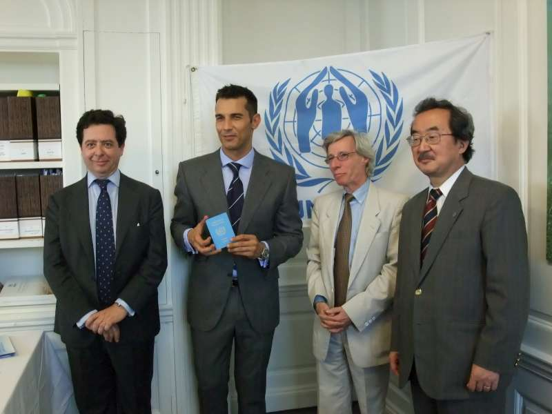 Jesús Vázquez attends an induction ceremony in UNHCR's New York office.