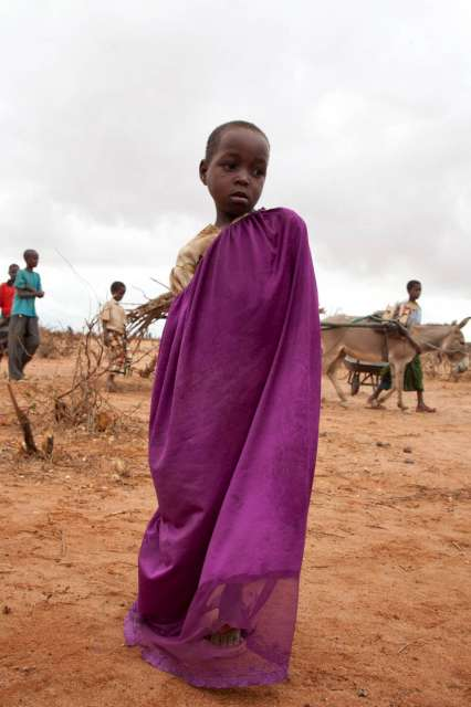 A Somali refugee girl waits for relocation to the Ifo Extension.