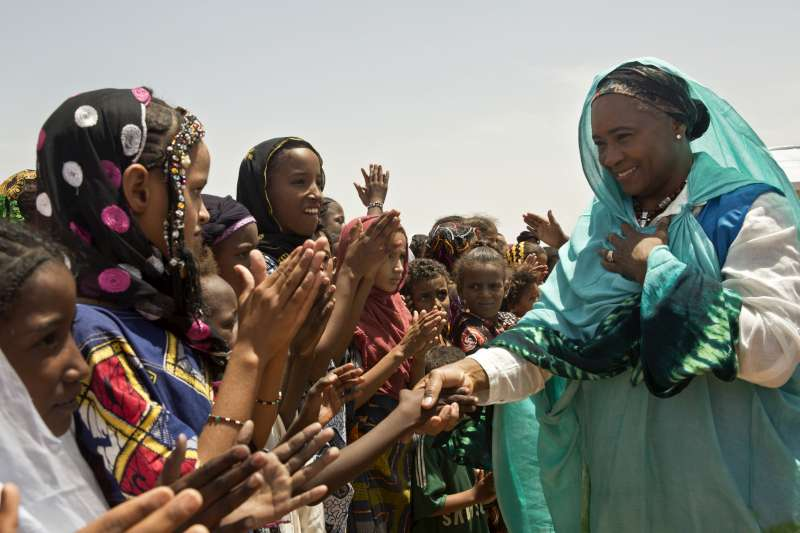 Barbara Hendricks meets Malian woman and girls in Damba camp, […]