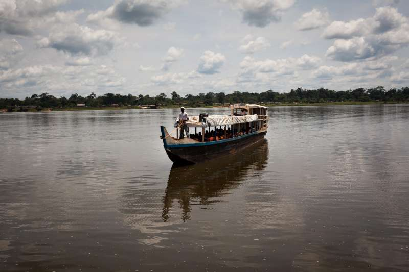 DRC / Congolese refugees cross the Oubangui River from Zinga […]