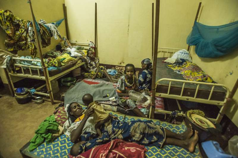 Even though there are only 12 beds at the Batouri Hospital nutrition centre, more than 100 refugee children from Central African Republic are being treated for severe malnutrition there. The mothers also want to stay near their children.