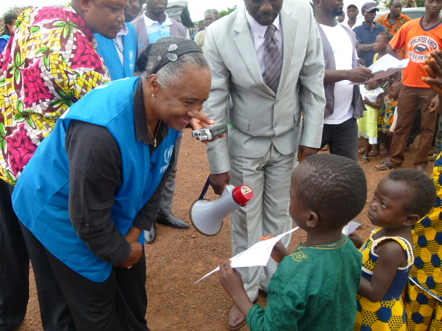 In western Côte d'Ivoire, Barbara Hendricks distributed birth certificates to children in a move to help reduce the risk of statelessness.