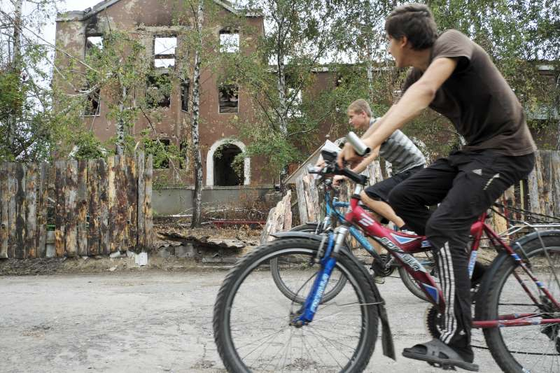 Returnees to the eastern Ukranian town of  Sloviansk cycle past […]
