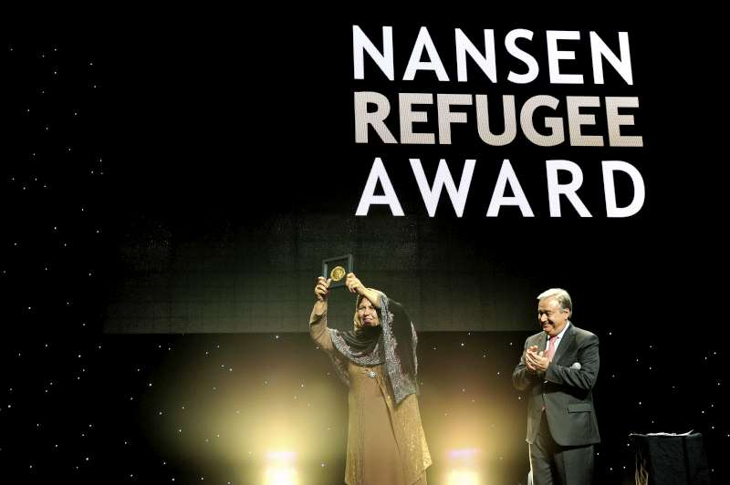 UNHCR High Commissioner António Guterres presents the Nansen Medal to Aqeela Asifi at the Nansen Refugee Award ceremony.
