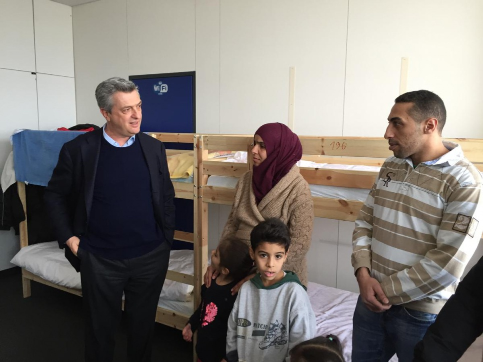 Grandi meets with Syrian refugees at Berlin reception centre
