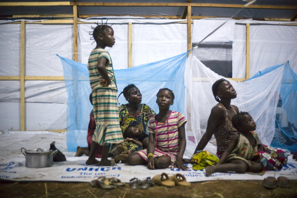 Having just arrived in Bili camp, in the Democratic Republic of the Congo, Tatiana and Souzane's families will spend their first night in this collective shelter.