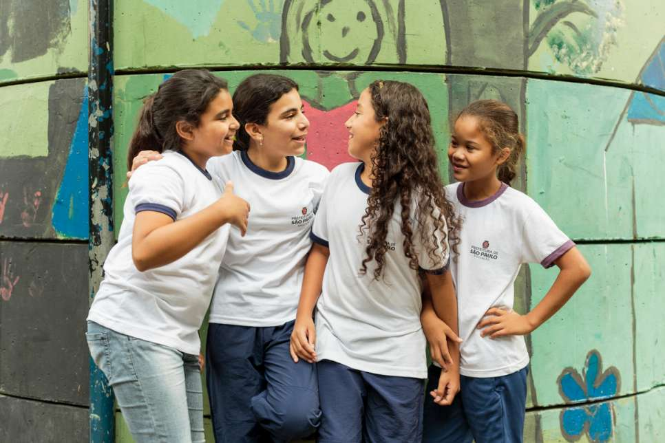 Hanan (second from left) chats with her new friends outside school. She arrived in São Paulo in early 2015 and was recognized as a refugee by the Brazilian Government.