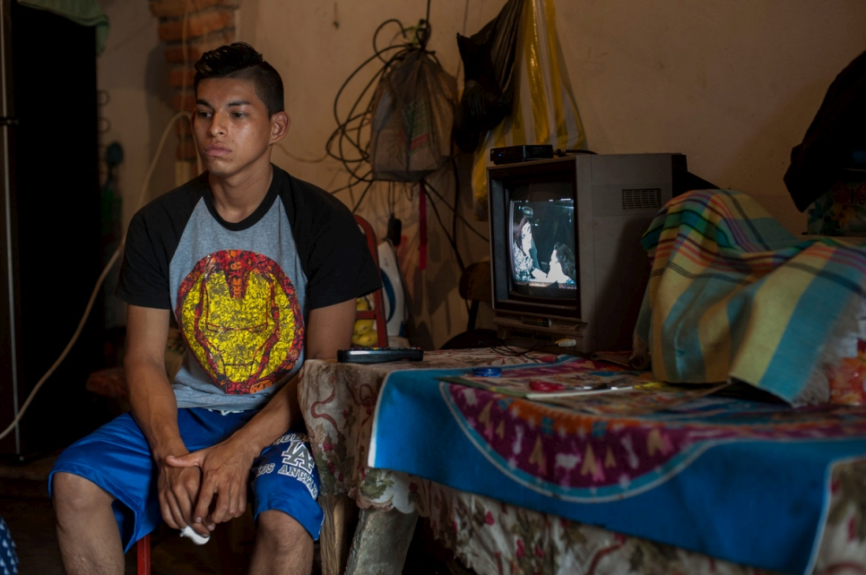 A large family, escaped from violence of El Salvador, have find shelter in Chiapas, Mexico, where they started a new life.