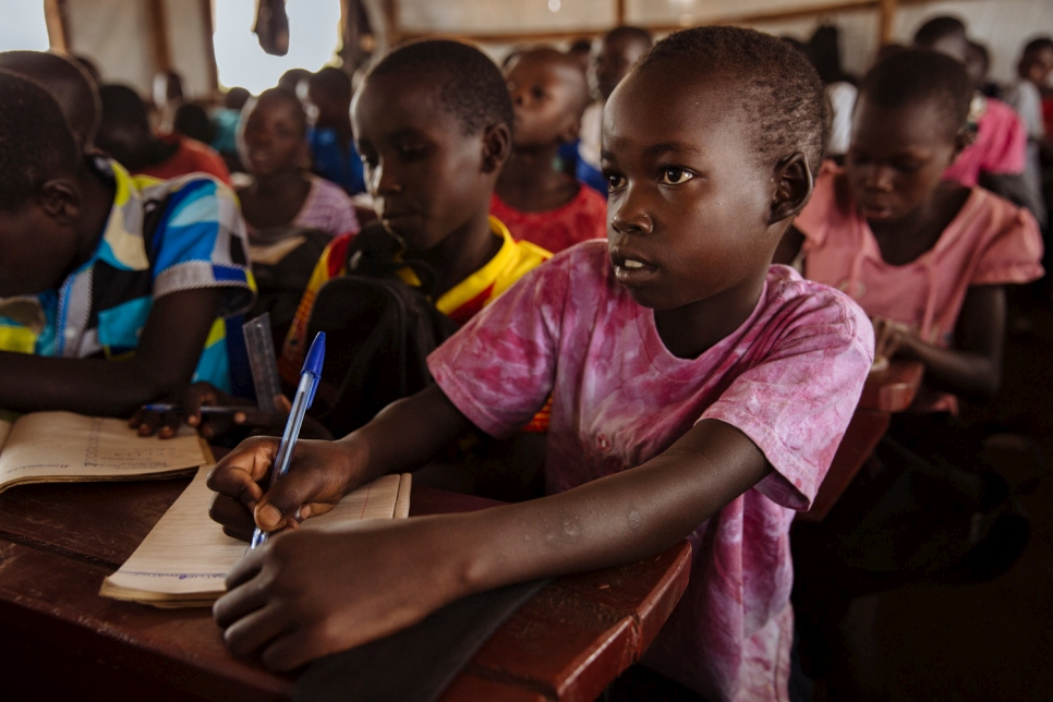 Des enfants réfugiés sud-soudanais en cours de mathématiques à l'école primaire d'Ofonze, dans le camp de réfugiés de Bidibidi, district de Yumbe, région du Nord, Ouganda.