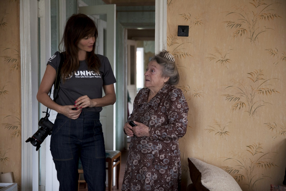 Helena talks to Vera, an 80-year old former schoolteacher. She was lucky to escape with her life when her house was hit by shelling in 2014, but has since been able to return home following repairs carried out by UNHCR and partners.