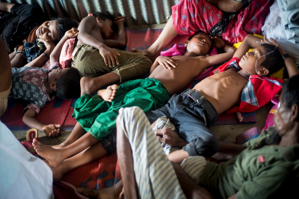 Bangladesh. Psychologists help Rohingya survivors