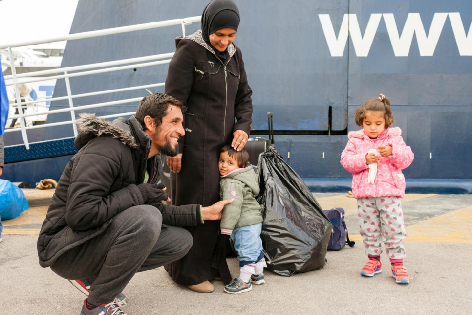 Greece. ESTIA programme transfers family from Samos to mainland