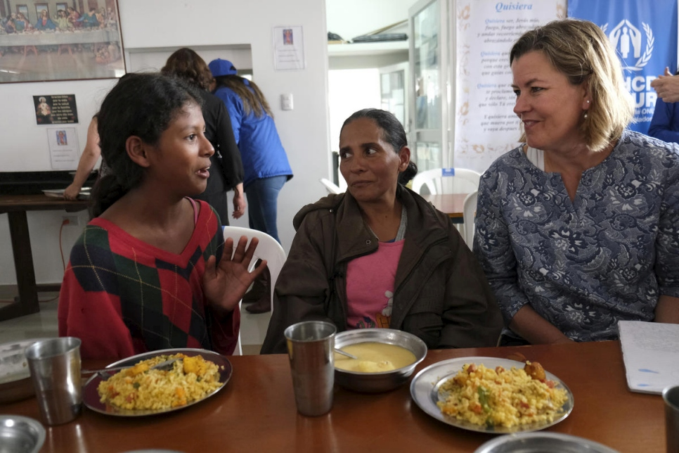 Ecuador. Deputy High Commissioner visits centre providing meals for refugees