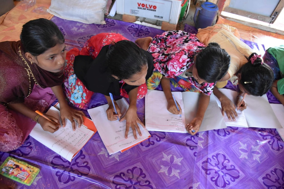 Bangladesh. Rohingya teens grab scarce opportunity to learn in refugee sites