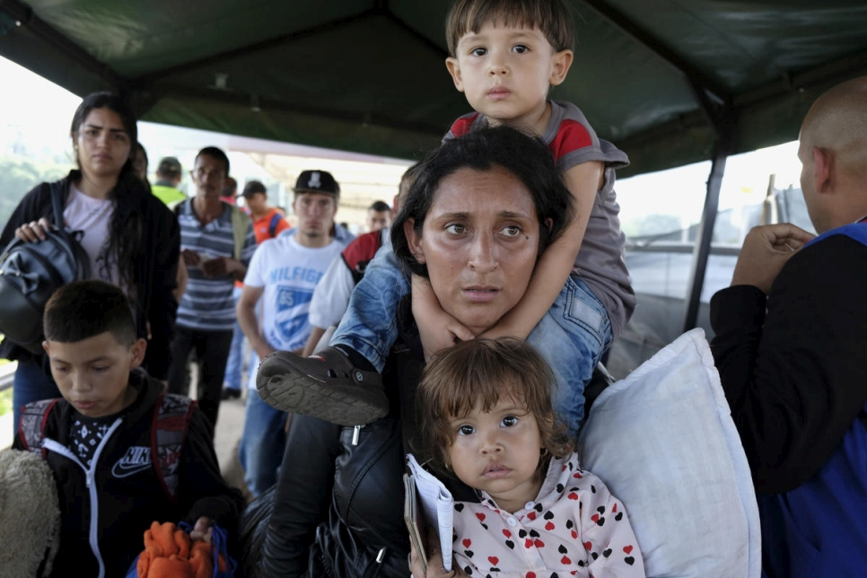 Colombia. Desperate Venezuelans continue to cross border on foot