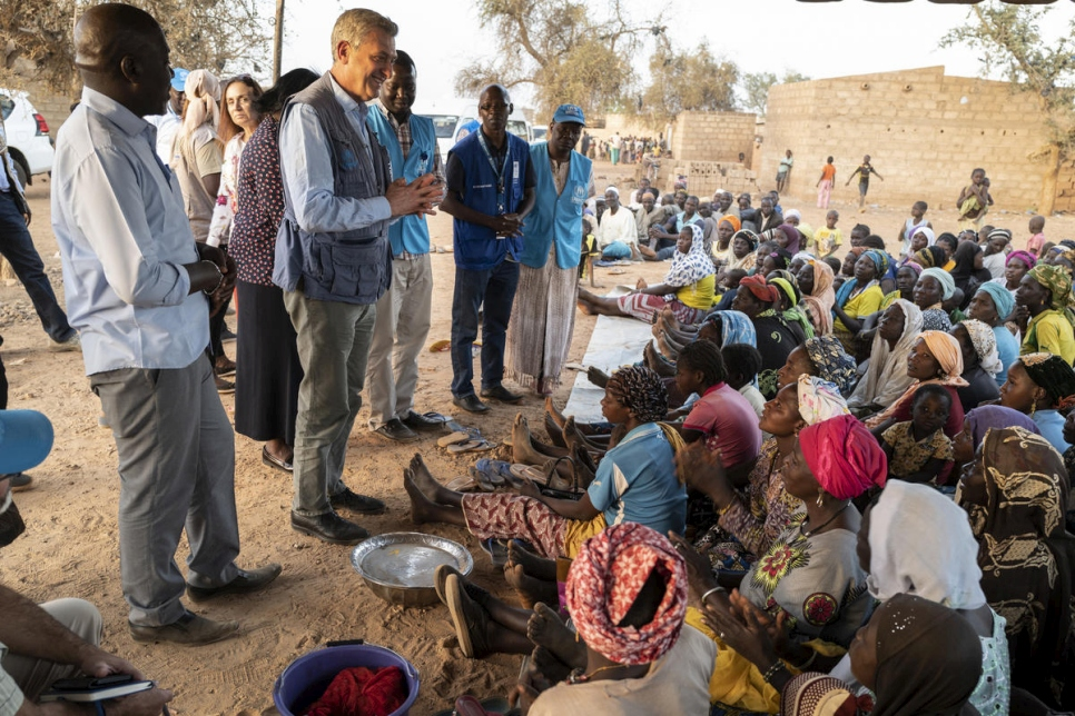 Burkina Faso. High Commissioner meets IDPs hosted by local community.