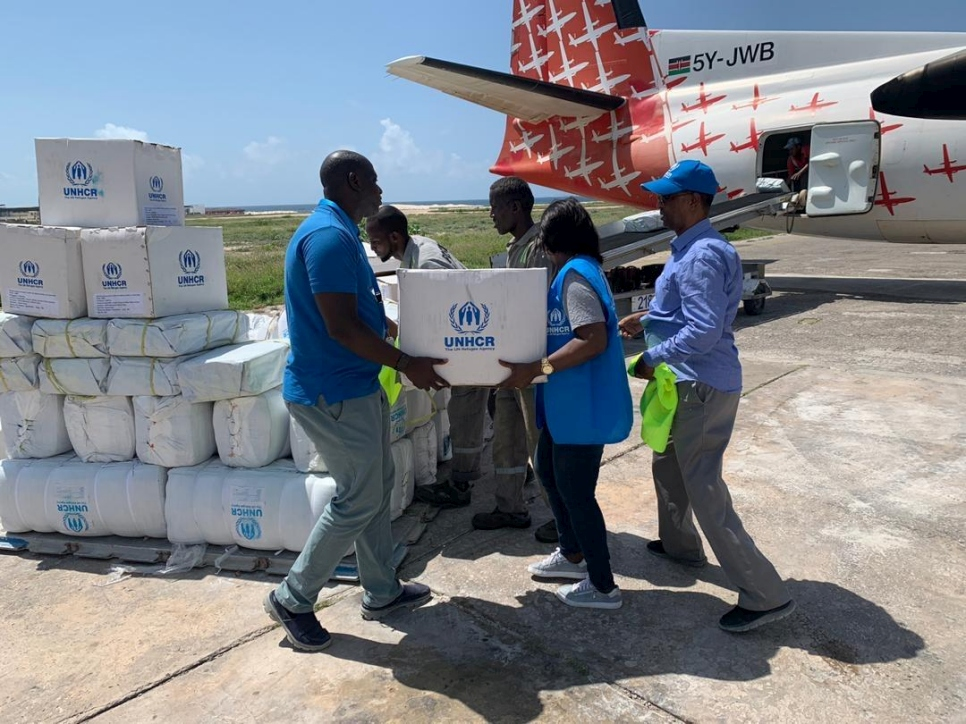 Somalia. UNHCR flies in relief for Somalis cut off by flooding