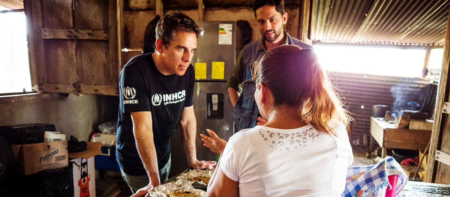 UNHCR Goodwill Ambassador Ben Stiller speaks with a woman who has recently arrived at a transit shelter supported by UNHCR in Flores, Guatemala.