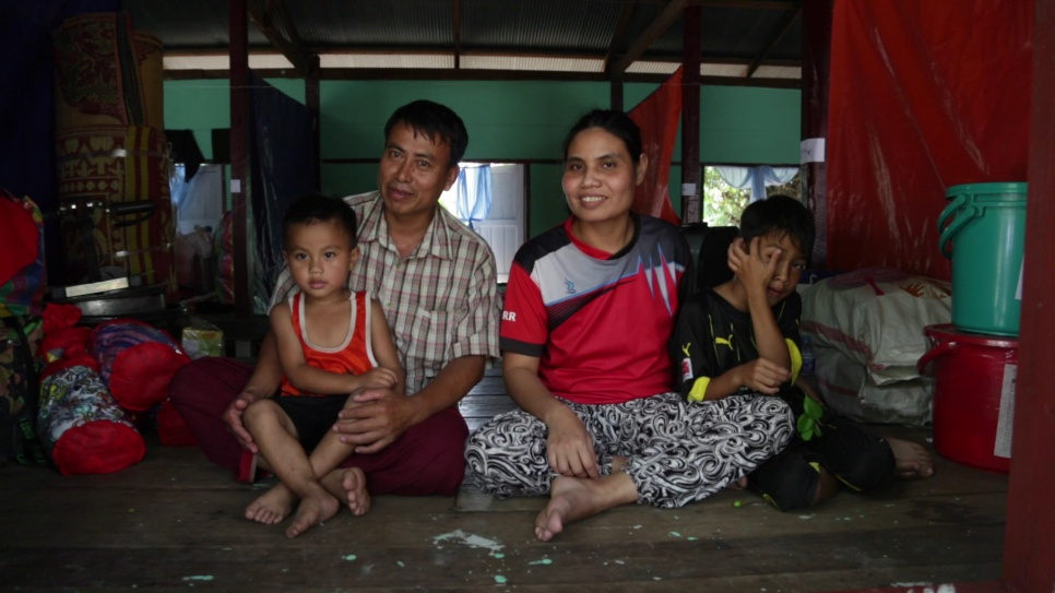 Myanmar: Refugees return home from Thailand