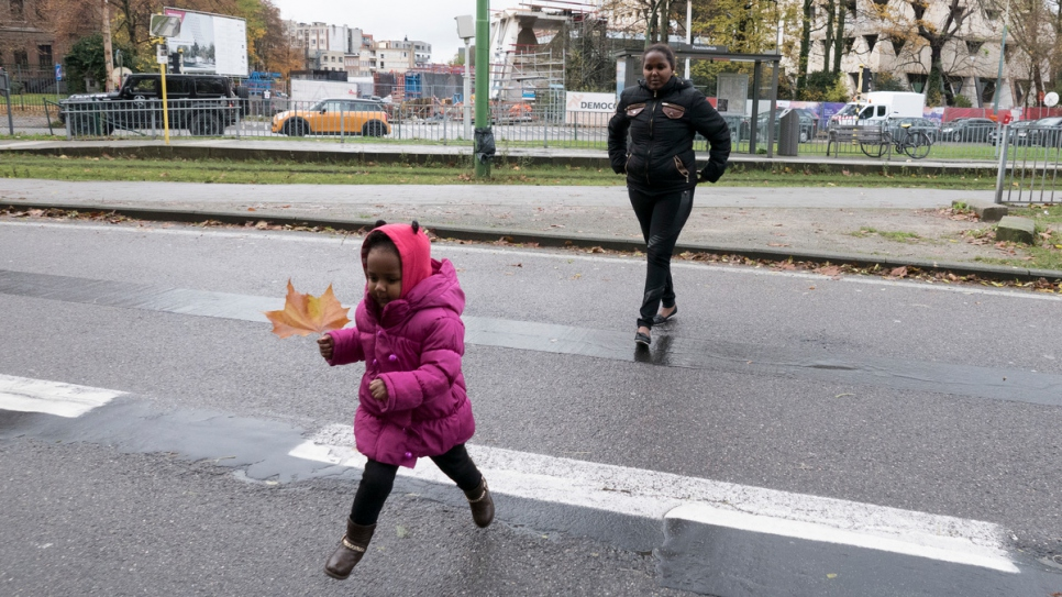 Dina crosses the street in Antwerp, followed by her mother Rahel.