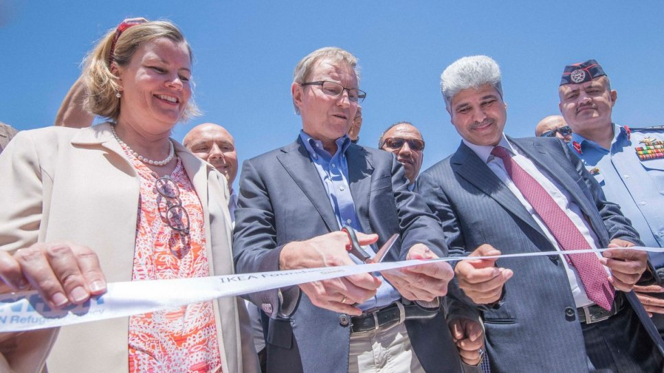 UNHCR's Deputy High Commissioner and the IKEA foundation's CEO officially open the solar power plant.
