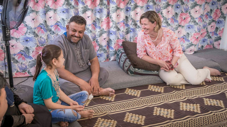 UNHCR's Kelly T. Clements chats with a Syrian father and his daughter.