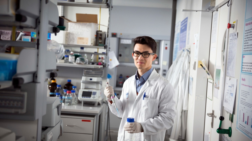Molecular biologist Mojtaba Tavakoli at work in the laboratory of the Medical University of Vienna.